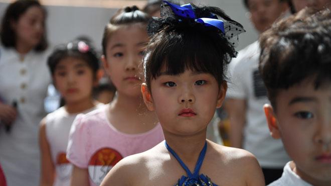 À seulement 4 ans, Yuki et Yumi sont déjà mannequins en Chine: entre podiums et défilés, ils enchaînent les journées de travail