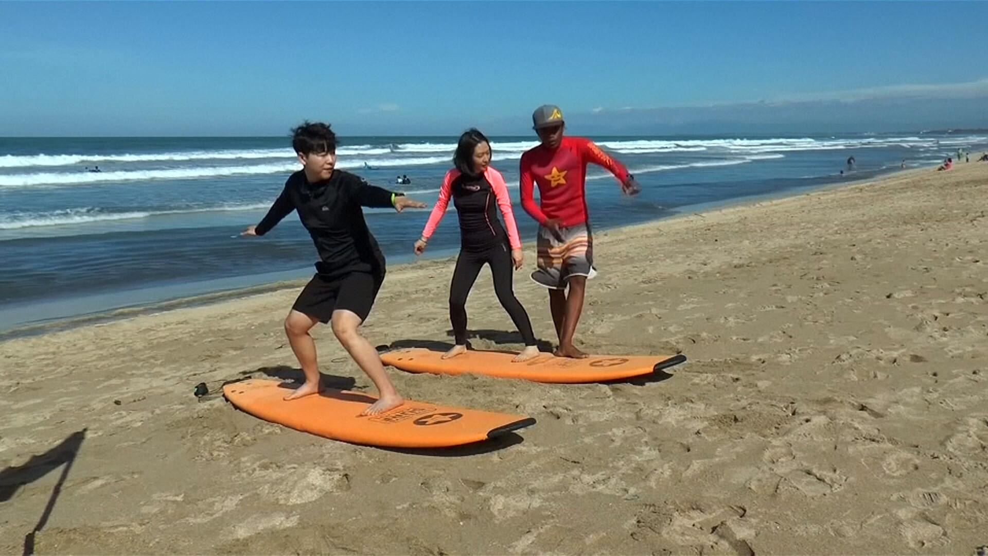Changer des filets de pêche usagés retrouvés dans l'océan en planche de surf: une entreprise a trouvé la formule