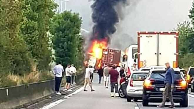 Un camion en feu sur la E411 à Wanlin: le dépannage devrait durer toute la soirée, la bande d'arrêt d'urgence rouverte à la circulation