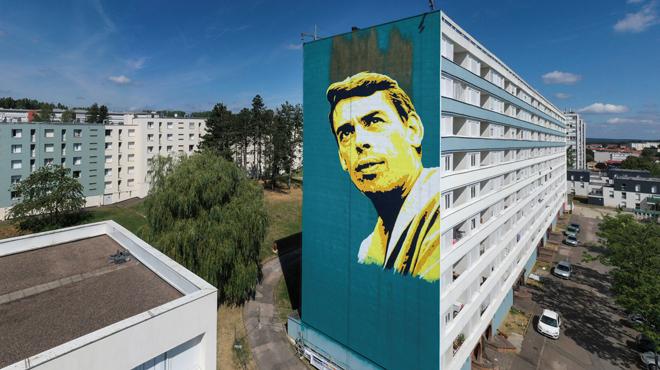 Un portrait géant de Jacques Brel peint sur la façade d'un immeuble en France: