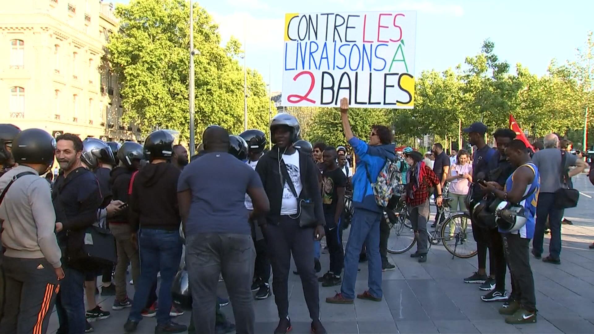 Les livreurs Deliveroo manifestent à Paris: