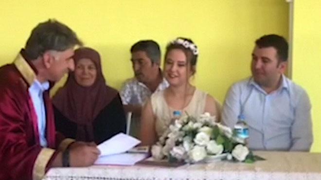 Un tremblement de terre secoue le sud de la Turquie: un couple de jeunes mariés poursuit sa cérémonie