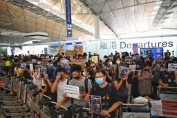 L'aéroport de Hong Kong suspend les procédures d'enregistrement pour tous ses vols