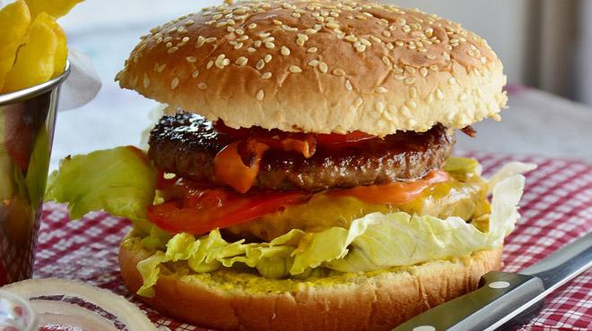 Fini hamburgers et spaghetti bolo: le boeuf banni d'une université londonienne pour sauver le climat