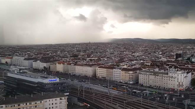 Impressionnant: il filme le moment où un violent orage FRAPPE Vienne