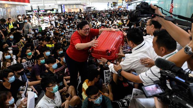 Nouvelle journée de CHAOS à l'aéroport de Hong Kong: