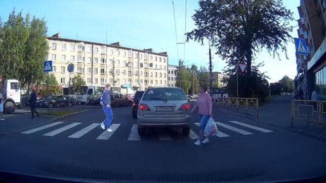 Une voiture en plein milieu du passage piéton? Cet homme a trouvé une solution radicale (vidéo)