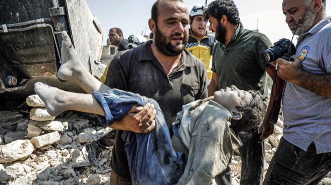 Un camp de déplacés bombardé en Syrie: une femme et six enfants trouvent la mort