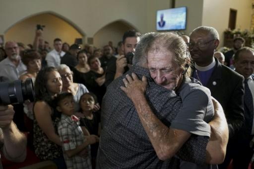 Fusillade au Texas: des centaines d'anonymes accompagnent un veuf esseulé