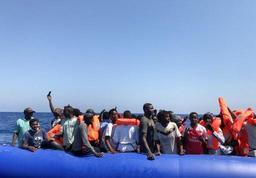 Les autorités italiennes secourent 57 migrants et les emmènent sur l'île de Lampedusa