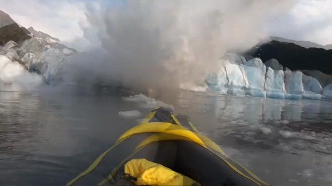 Deux kayakistes assistent à l'effondrement d'un glacier en Alaska: de nouvelles images encore plus impressionnantes dévoilées