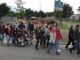 Un millier de personnes prennent part à une marche silencieuse en hommage aux 2 pompiers
