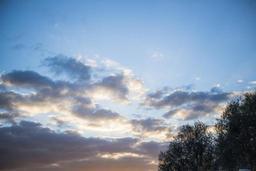 Un ciel partagé entre soleil et nuages lundi après-midi