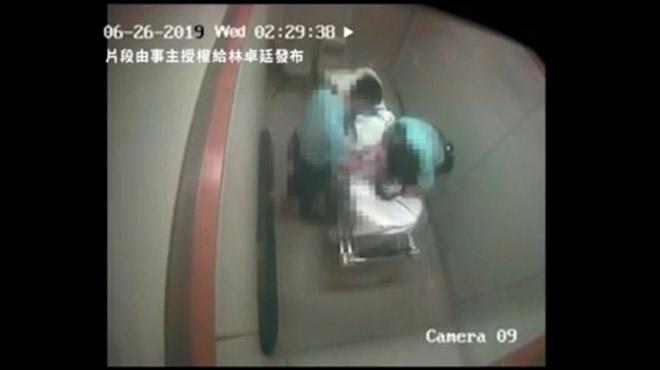 Mouvement de contestation à Hong Kong: deux policiers arrêtés après avoir battu un homme à l'hôpital (vidéo)