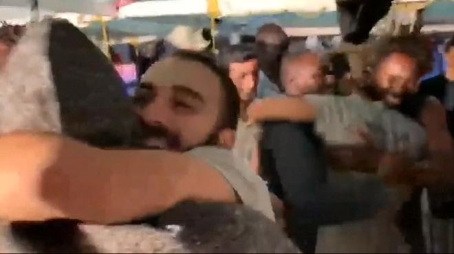 Italie: le BONHEUR des migrants de l'Open Arms qui débarquent enfin à Lampedusa