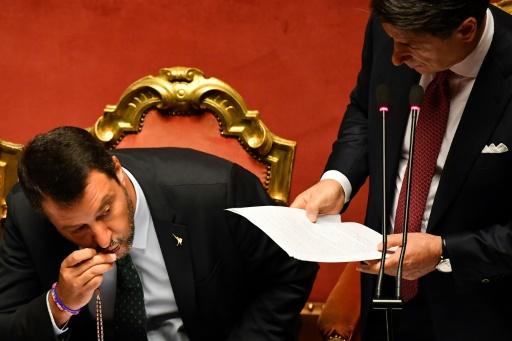 Italie: tir groupé contre le chapelet de Salvini en pleine crise politique