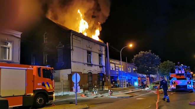Marchienne-au-Pont: le toit d'un immeuble à appartements en feu