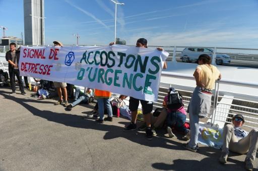 Des militants d'Extinction Rebellion bloquent le passage d'un paquebot à Bordeaux