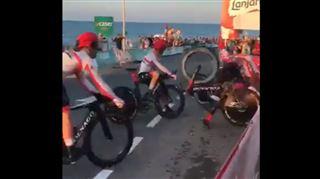 Tour d'Espagne- une piscine pour enfants ÉCLATE et fait tomber plusieurs coureurs (vidéo) 5