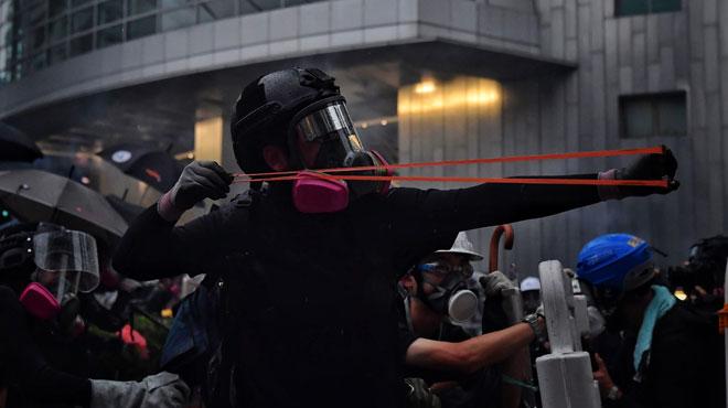 Escalade de violence à Hong Kong: la police tire avec une arme à feu, une première