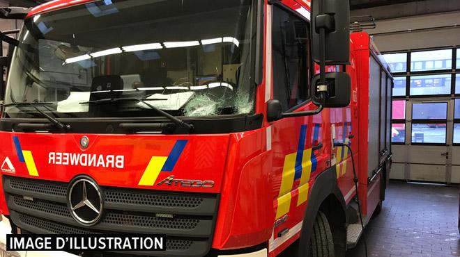 Un camion de pompiers a été la cible de projectiles lundi soir à Bruxelles: