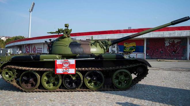 Ligue des Champions: un char, installé devant le stade de l'Etoile Rouge de Belgrade, fait polémique (photos)