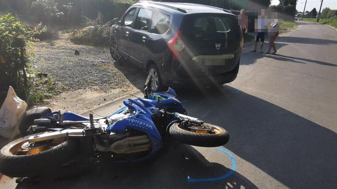 Accident à Landelies, dans le Hainaut: deux motards glissent sous une voiture (photos)