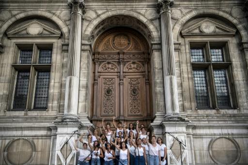 Hommage aux victimes de féminicides devant l'hôtel de ville de Paris