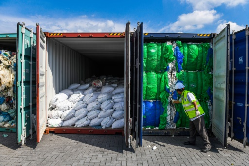 Retour à l'envoyeur: la Malaisie cherche l'origine de tonnes de déchets plastiques