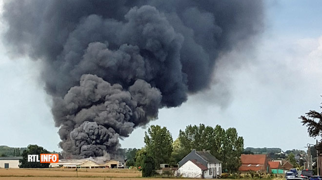 Épaisse colonne de fumée près d'Enghien: un violent incendie a ravagé un entrepôt