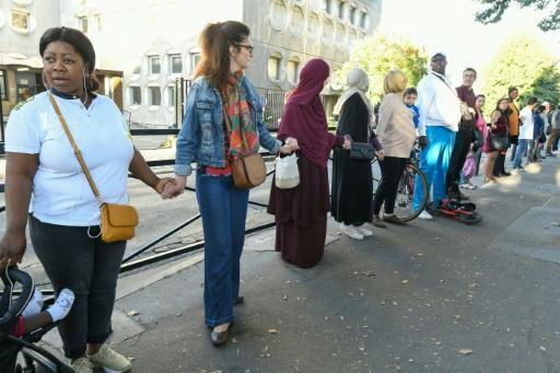 Contre le deal, une chaîne humaine devant des écoles de Saint-Denis