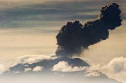 Pérou: explosions et nuées de cendres depuis le volcan Ubinas