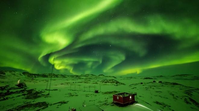 SPECTACULAIRE : le ciel s'illumine au-dessus d'une station de recherche en Antarctique