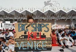 Des manifestants occupent le tapis rouge de la Mostra de Venise