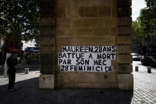 Féminicides: des phrases choc sur les murs de Paris pour