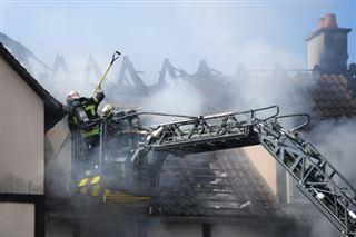 Moment de recueillement après l'incendie meurtrier près de Strasbourg