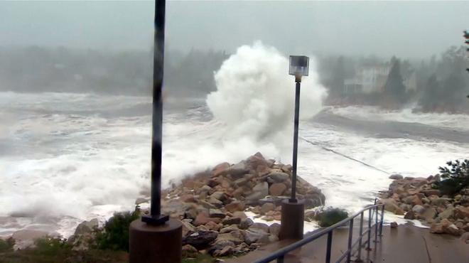 Des vagues déferlantes, des voitures sous les eaux et des arbres arrachés: le dangereux ouragan Dorian s'abat sur le Canada
