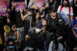 Les manifestants pro-démocratie devant le consulat américain à Hong Kong