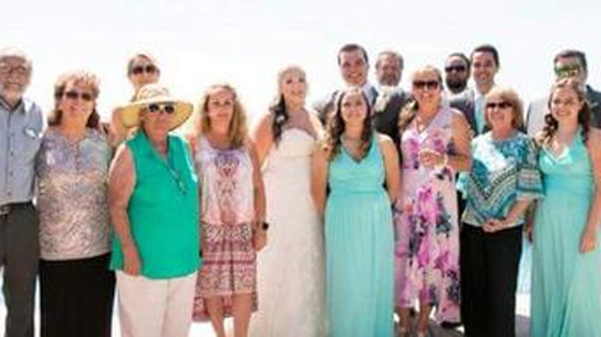 L'une des invitées de ce mariage avait visiblement un message à faire passer aux nouveaux mariés (photos)