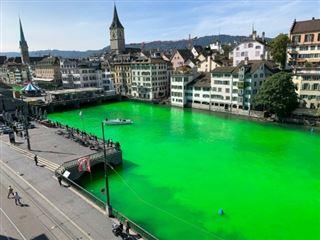 Suisse- des militants écologistes teignent en vert fluo une grande rivière