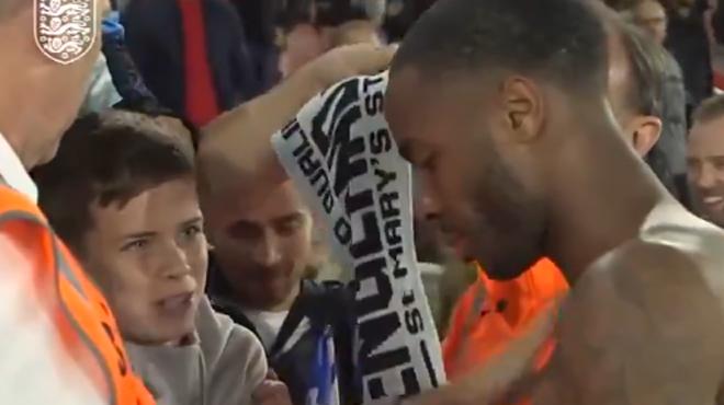 Ce jeune supporter anglais a reçu un chouette cadeau de Raheem Sterling (vidéo)