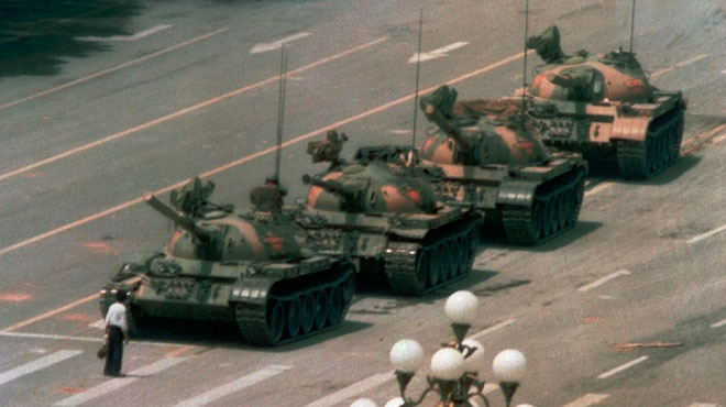 Il est l'auteur d'un cliché EMBLÉMATIQUE montrant un inconnu bloquer une colonne de chars lors de la répression en Chine: Charlie Cole est décédé