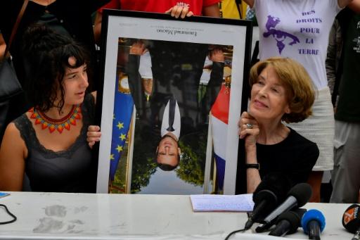 Décrocher un portrait de Macron jugé