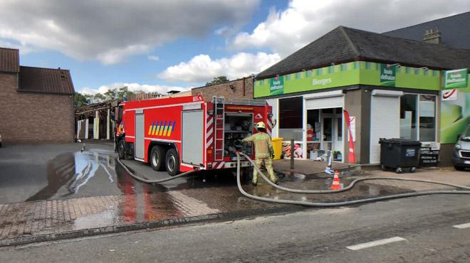 Important incendie de ferme à Bierges: les pompiers toujours sur place