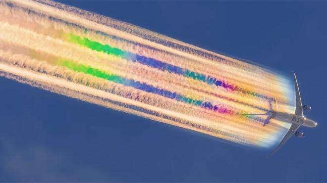 Un magnifique phénomène dans le ciel australien: cet avion laisse derrière lui une traînée arc-en-ciel (vidéo)