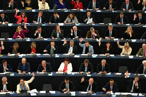 Le Parlement européen réclame
