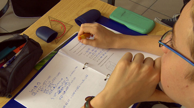 En orthographe, le niveau de nos adolescents continue de chuter: la faute aux parents?
