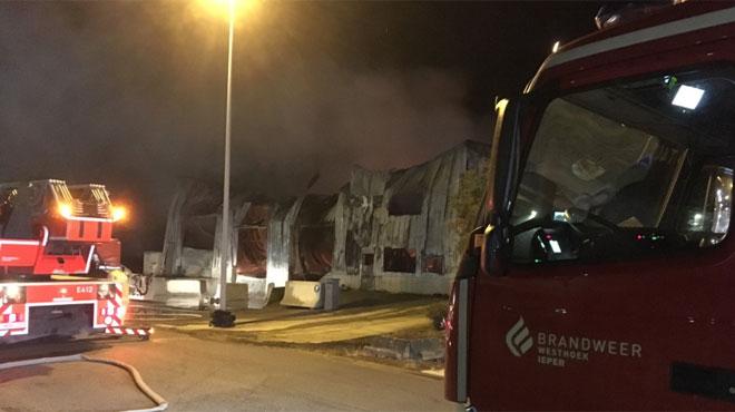 Important incendie dans une usine de gaufres à Ypres: la journée sera nécessaire pour venir à bout des flammes