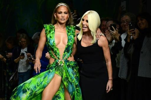JLo défile en guest star chez Versace à Milan