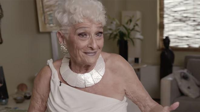 """A 83 ans, Hattie s'est inscrite sur Tinder à la recherche de jeunes partenaires- """"J'ai déjà couché avec 50 hommes en 8 mois"""" (vidéo) 1"""